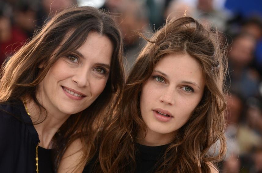 Marine-Vacth-et-Geraldine-Pailhas-sur-le-photocall-du-film-Jeune-Jolie-au-Festival-de-Cannes-le-16-mai-2013_portrait_w858