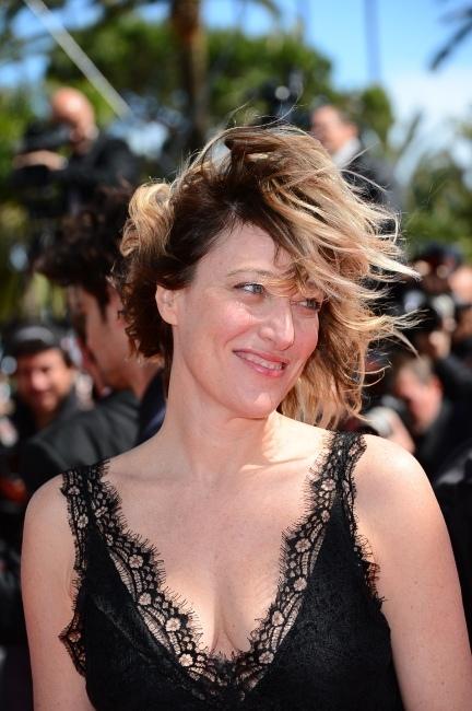 Valeria-Bruni-Tedeschi-lors-de-la-montee-des-marches-de-Un-Chateau-en-Italie-au-66e-Festival-de-Cannes-le-20-mai-2013_portrait_w858