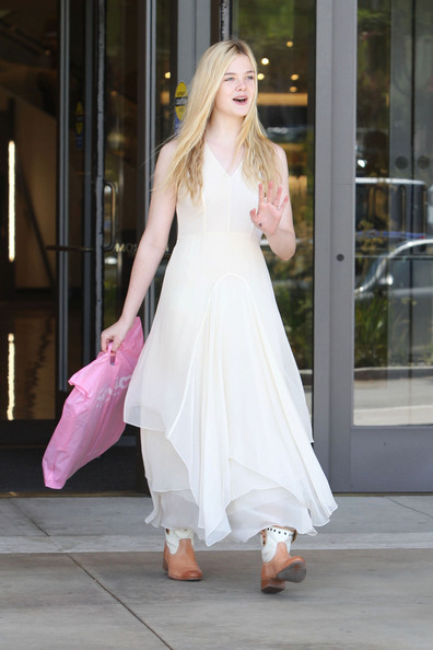YOUNG+BEAUTY+Actress+Elle+Fanning+seen+shopping+ay0jkDT5HQ8l