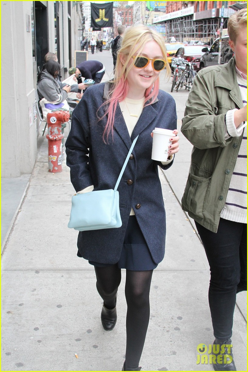 dakota-fanning-soho-coffee-cute-01