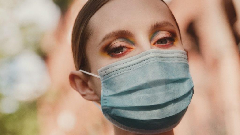 Na maquiagem com máscaras, o foco se tornou os olhos