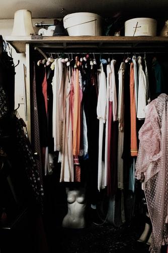armário com várias roupas
