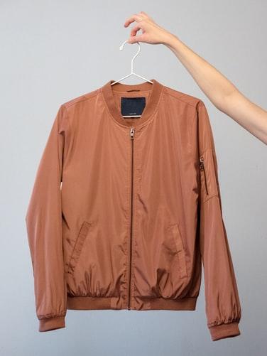 jaqueta no cabide para anuncio
