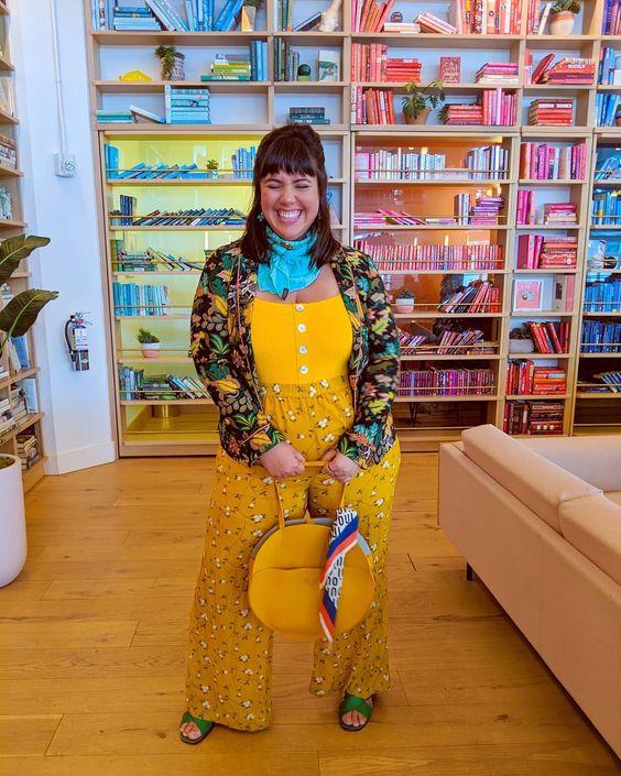 mulher com corpo gordo vestida de amarelo com casaco estampado